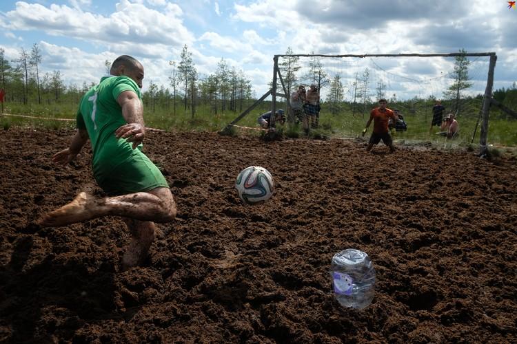 Турнир на кубок России по болотному футболу в Ленинградской области.