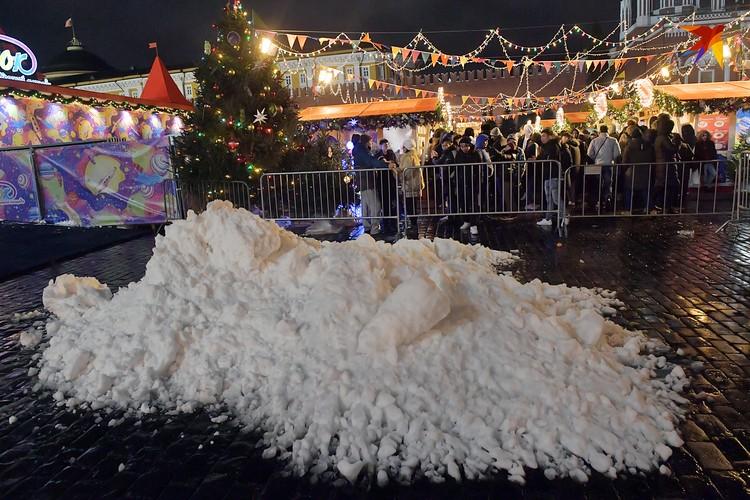 Со снегом в этом году столице не везет. Для праздника пришлось завозить искусственный