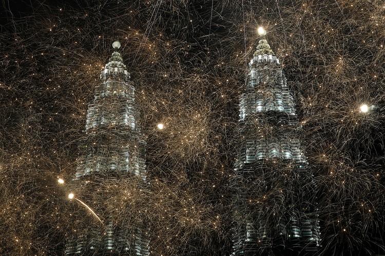 Знаменитые башни Petronas в столице Малайзии