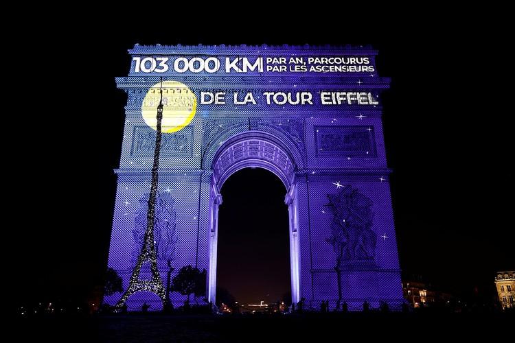 Оригинально подсвечена Триумфальная арка в Париже