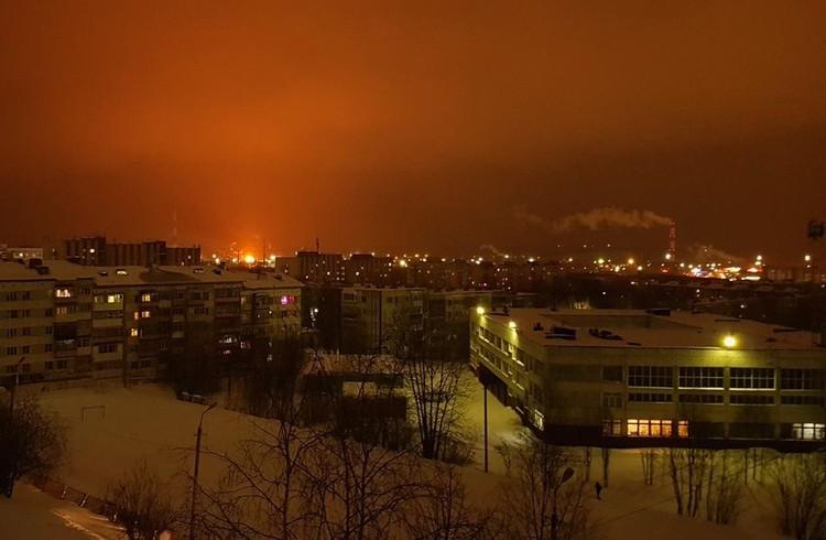 Зарево пожара над Ухтинским НПЗ было видно со всех сторон города. Фото Артема Уляшева
