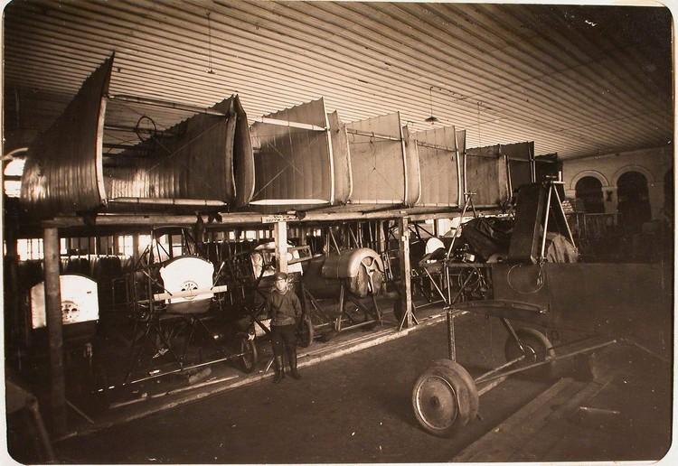 Вид части помещения склада авиароты; вверху - коробки аэропланов, внизу - фюзеляжи. Псков.