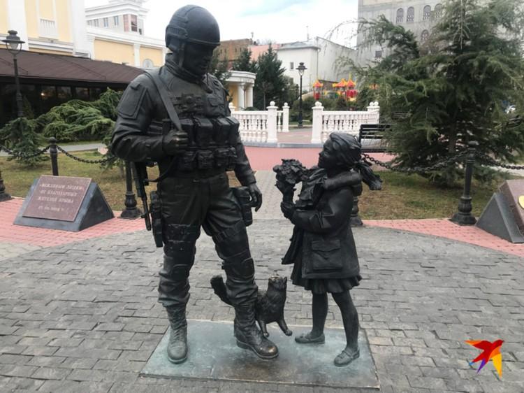 """Памятник """"Вежливым людям"""" в Симферополе."""