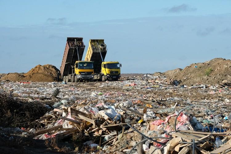 По словам губернатора Ленинградской области Александра Дрозденко, частично решить проблему можно при помощи новых мусорных полигонов. Но их строительство требует больших денег.