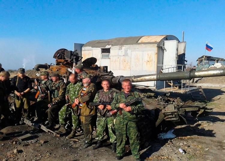 Российский флаг для республик Донбасса многое значит. Фото: facebook.com/pressjfo.news