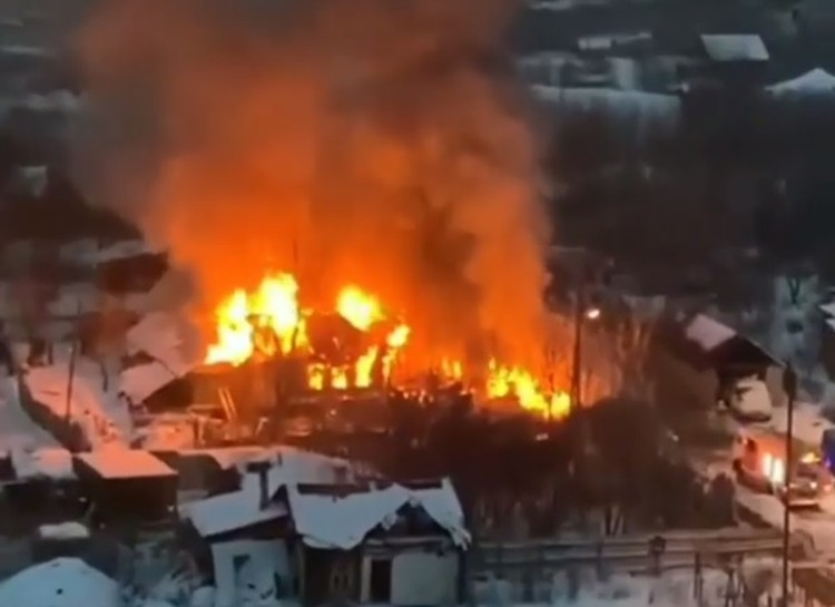 Пламя и густой столб дыма были видны издалека