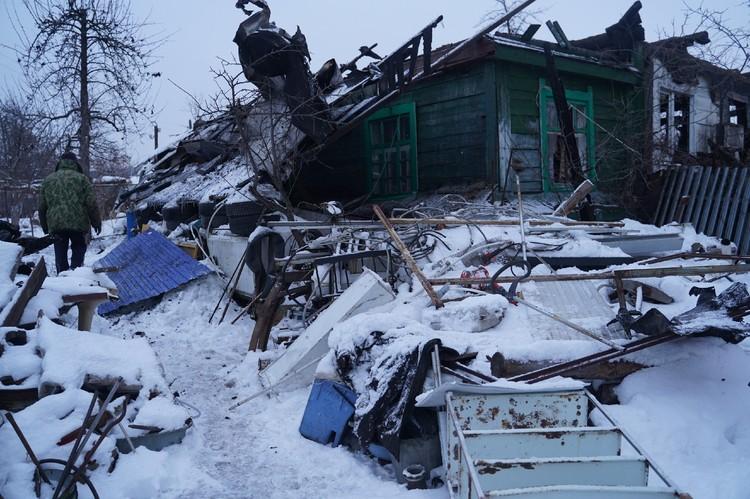 Дом остался без крыши, частично обгорели и стены