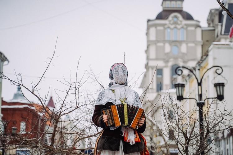 Девушка без лица играла для самарцев на гармошке