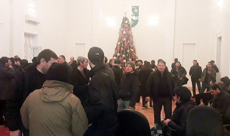 Митингующие заняли здание администрации президента Абхазии. Фото: Анжела Кучуберия/ТАСС