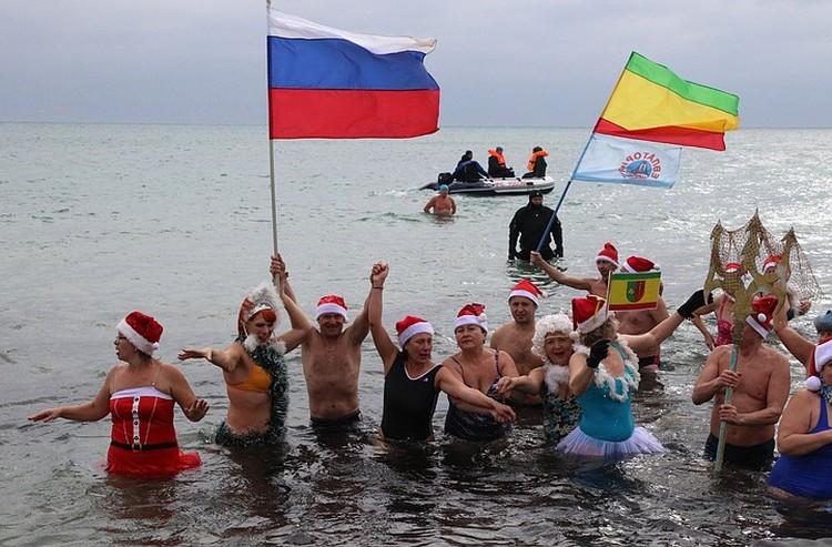 Даже зимний Крым - это прежде всего море! И Россия. Попробуйте переубедить в этом хотя бы вот таких моржей, устроивших новогоднее купание в Крыму с флагами России и Евпатории. Фото: Алексей ПАВЛИШАК/ТАСС