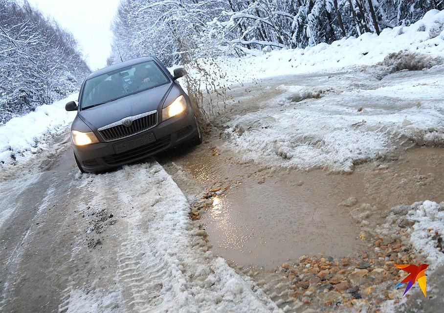 Разбитая дорога в Свердловской области. Фото: Алексей БУЛАТОВ