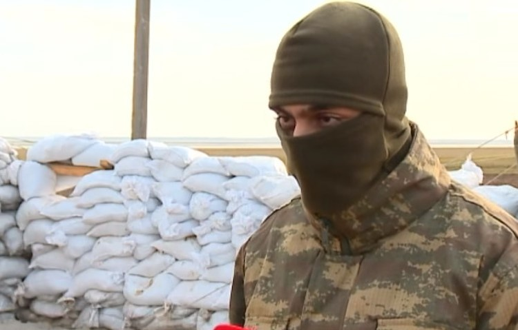 «Добрый самаритянин», доставивший экстремистам форму из Турции, скрывает лицо. Скриншот видео