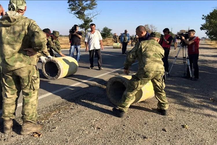Дорогу на Крым перекрыли бетонными блоками. Фото: Архив КП