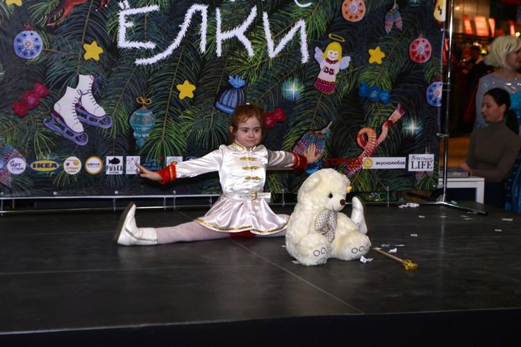 Девочка ходит в цирковую студию.