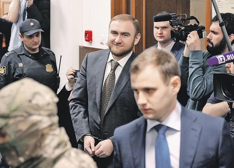 Самого молодого сенатора России - 32-летнего Рауфа Арашукова задержали в один день с его отцом Раулем, которому предъявляют обвинения в хищениях на 30 миллиардов. Фото: Сергей БОБЫЛЕВ/ТАСС