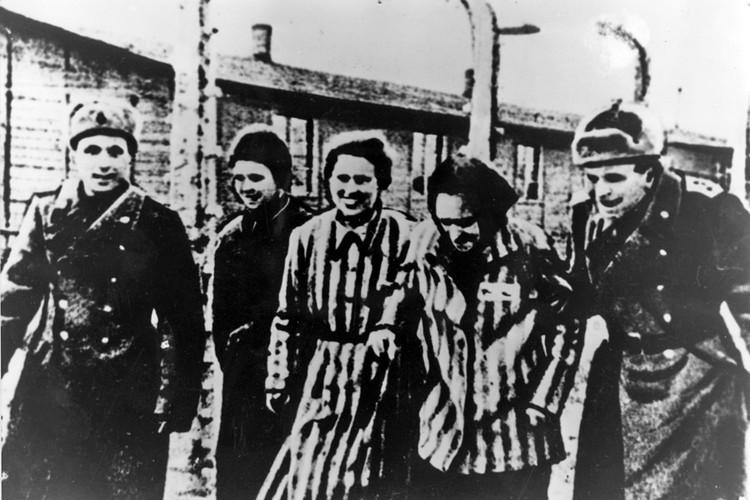 Освобожденные из немецкого лагеря смерти встречают бойцов Красной Армии.