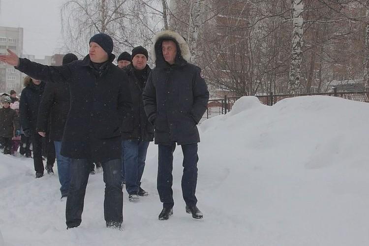 Виктор Томенко и Вячеслав Франк обходят улицы Барнаула с проверкой.