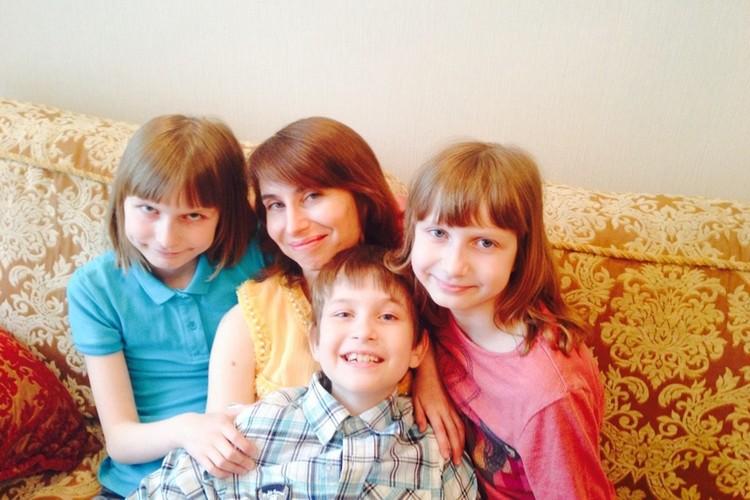 """Три года назад """"Комсомолка"""" писала о том, что Ольга перевела своих детей на домашнее обучение. А теперь ее дочери Катя и Настя учатся в США. Фото: личный архив."""