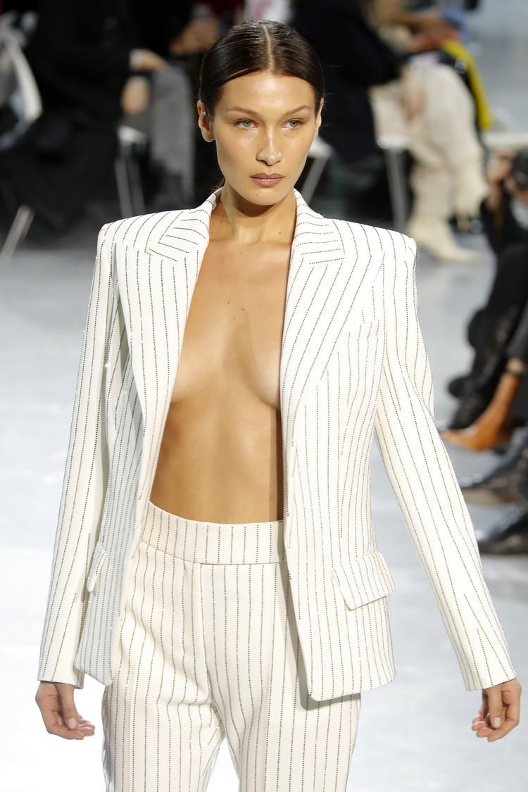 Модель прошла по подиуму в пиджаке на голое тело.
