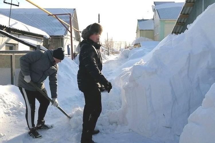 Волонтеры на уборке снега.