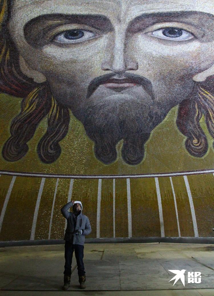 Мозаичный лик Христа в новом храме - самый большой в мире, его площадь – 300 квадратных метров.