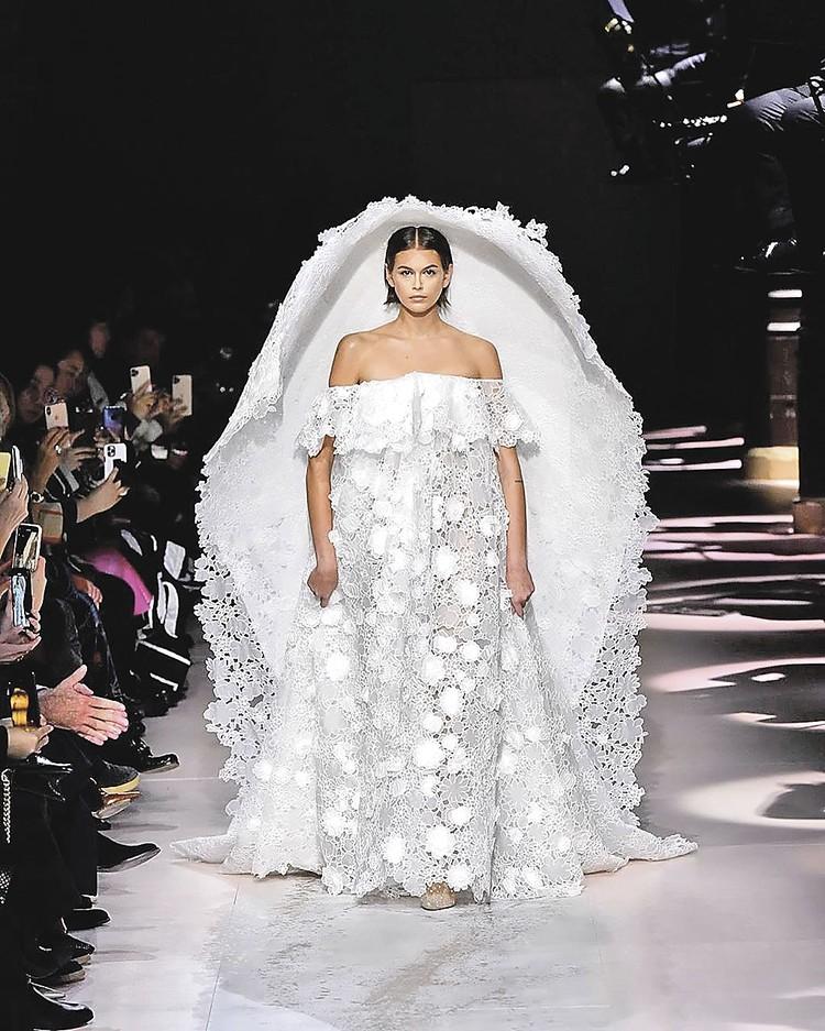 18-летняя дочь Синди Кроуфорд Кайя Гербер закрывала показ Givenchy.
