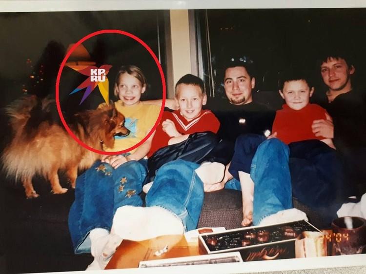 Архивное фото: Кэти вместе со своей приемной семьей.