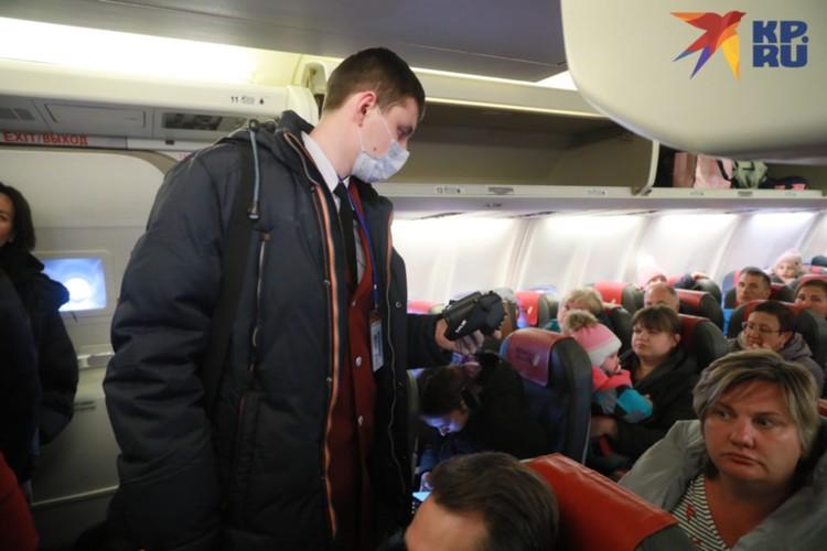 Проверка прилетающих из Китая пассажиров в Красноярске.