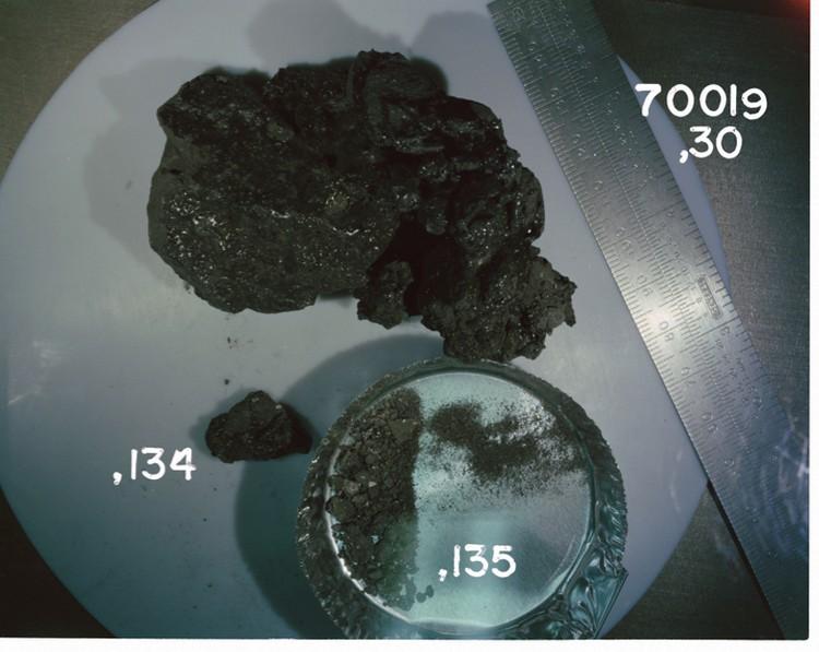 Черная стекловидная масса, которую привезли с Луны американские астронавты.