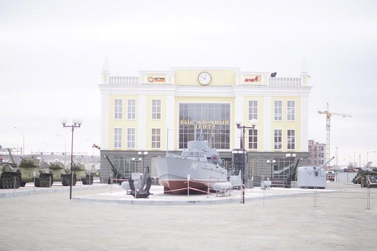 На территории музея выставлена военная техника времен ВОВ.