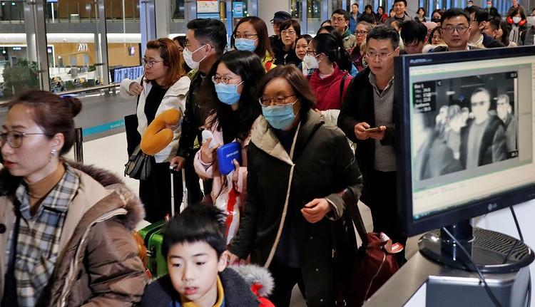 Проверка пассажиров рейса из Китая в аэропорту Стамбула.