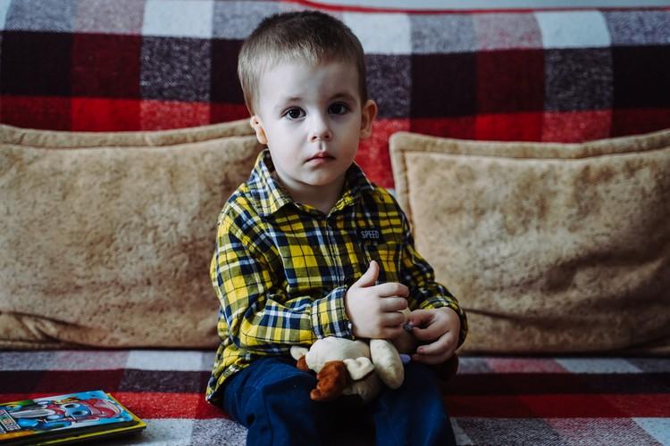 Мальчик не понимает, почему некоторые взрослые запрещают своим детям с ним играть