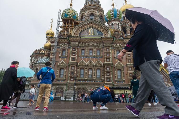 В год Санкт-Петербург посещает до полутора миллионов китайских туристов. Каждый из них оставляет в Северной столице до 500 долларов.