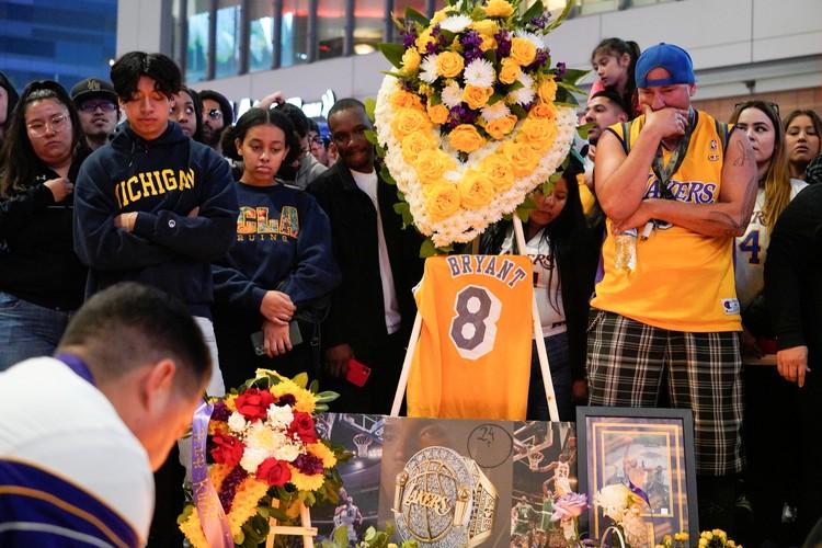 """Стихийный мемориал памяти баскетболиста в Лос-Анджелесе, у арены """"Лэйкерс""""."""