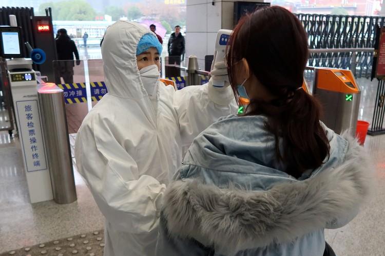 Проверка пассажиров на железнодорожном вокзале в Китае.