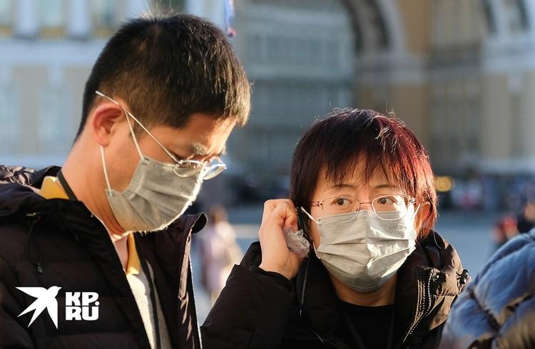 Санкт-Петербург. Китайские туристы на одной из улиц города.