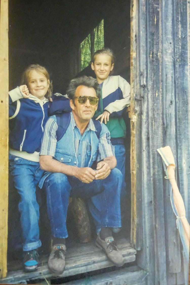 Оля с дедушкой и младшей сестрой
