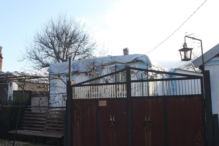 Украинская армия попала в крышу дома зажигательным боеприпасов - кровля сгорела