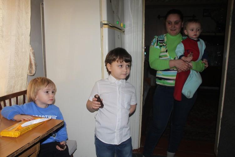 Воспитывают троих мальчишек