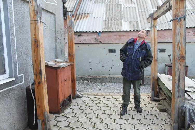 Виктор Артамонов осматривает разрушения, чтобы помочь стройматериалами
