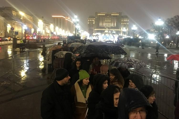 Москвичи готовы были стоять два часа в очереди на выставку сюрреалиста.