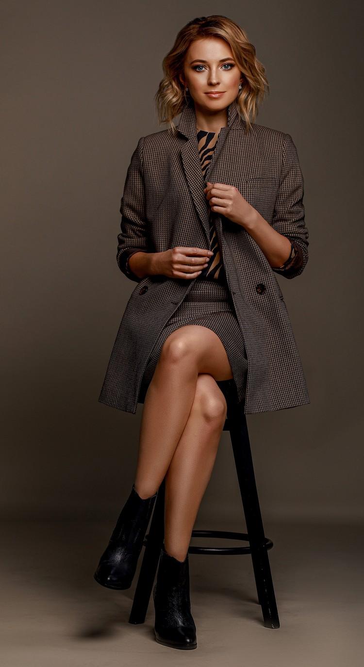 Наталья надела костюм-двойку, дополнив модный образ блузкой с «хищным» принтом. Фото: Екатерина Вологжанина