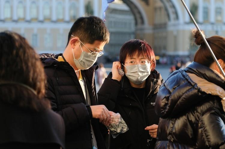Основными покупателями масок, по словам сотрудников аптек, являются китайцы - партию в 500 штук они расхватывают за несколько часов.