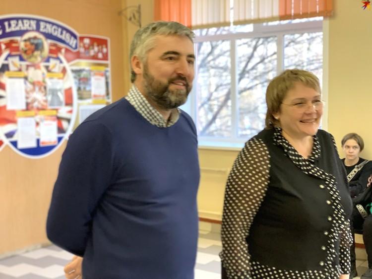 Депутат Сергей Аксенов и директор школы Ирина Гулина.