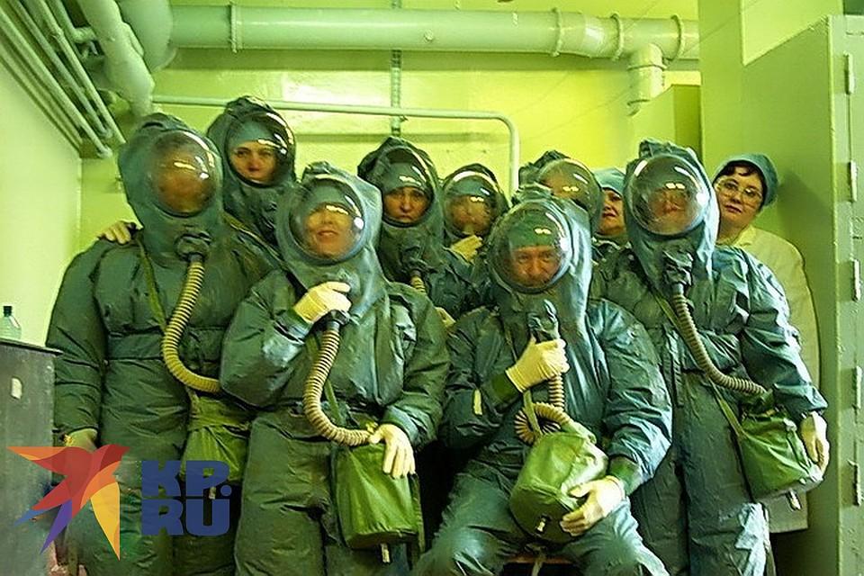 Ученые в специальных костюмах. Фото: личный архив ученого Александра Чепурнова.