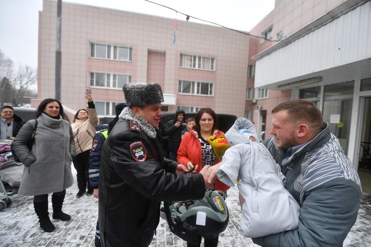 В роддом сотрудники ДПС Артем Саченко , Алексей Догадин и Михаил Юшкевич приехали с цветами и подарками.