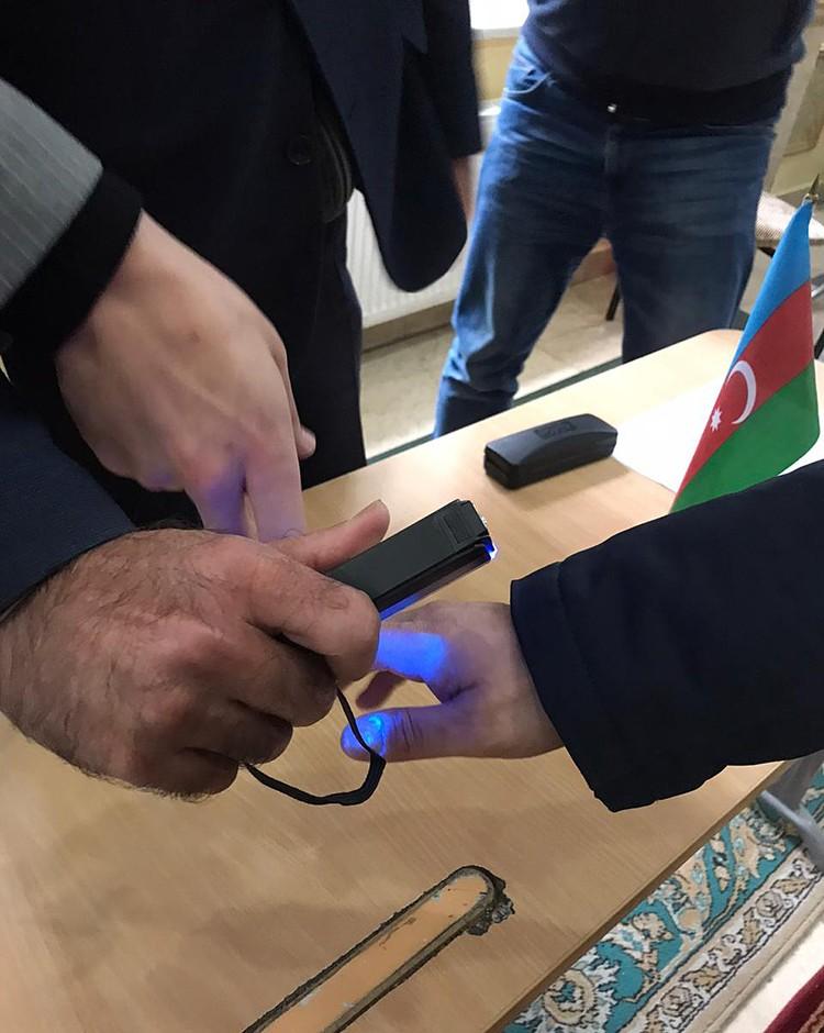 Каждого избирателя у дверей встречал дежурный с ультрафиолетовым сканером