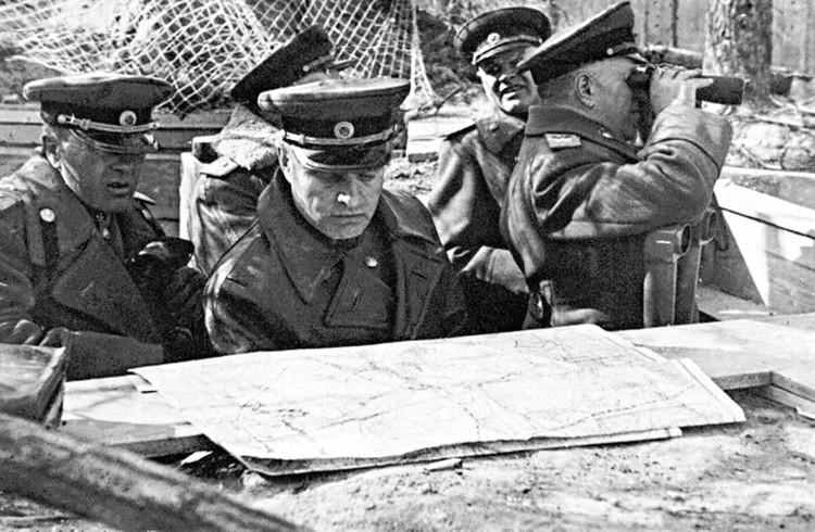 Начальник артиллерии 1-го Белорусского фронта генерал-полковник артиллерии В.И. Казаков (в центре) на наблюдательном пункте. Берлинская операция. Германия, май 1945 г. Фото: Министерство обороны РФ