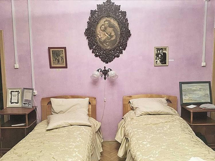 Для «скрещенья рук, скрещенья ног» предусмотрены сразу две кровати, правда, современные. В затейливой деревянной раме - репродукция «Сикстинской мадонны» Рафаэля.