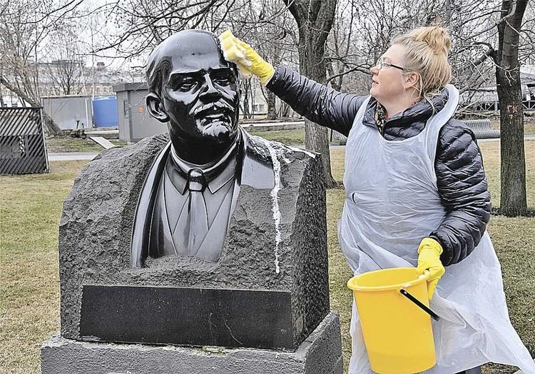 А что бы сказал Ленин о таких трагикомичных способах возрождения его детища - СССР? (На фото - субботник в парке «Музеон», где собраны многие памятники советских времен.)